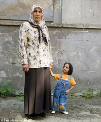 Click image for larger version.  Name:Shortest_Women_001.jpg Views:31 Size:43.4 KB ID:2743